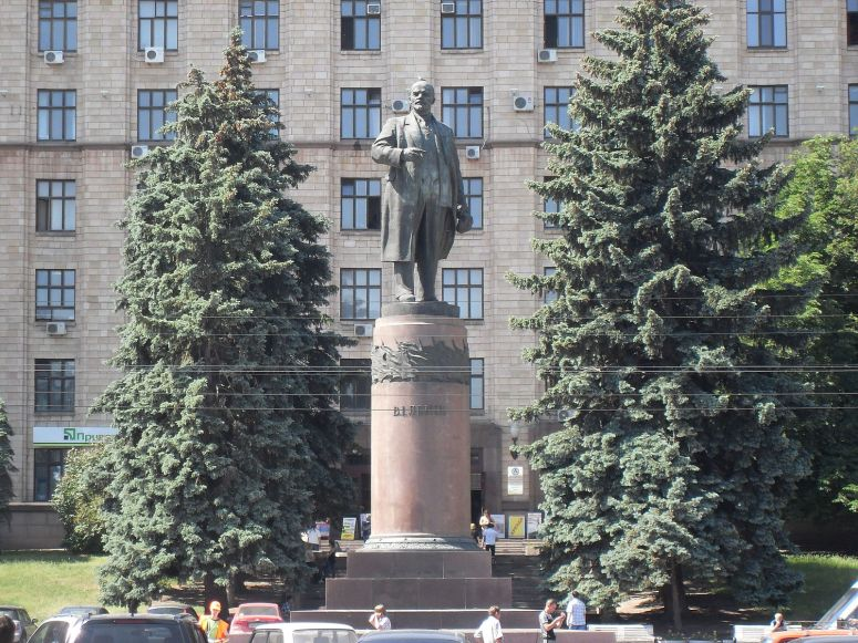 lenin_statue_in_dnipropetrovsk - https://commons.wikimedia.org/wiki/File:Lenin_statue_in_Dnipropetrovsk,_frontal_view.JPG