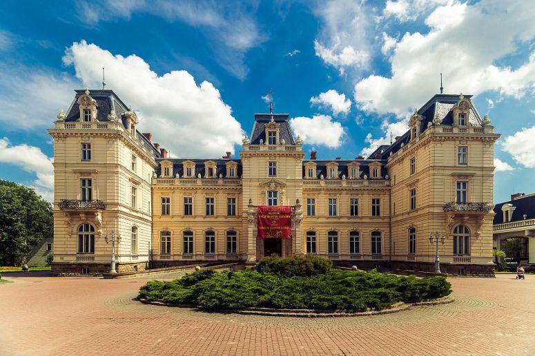 Potocki Palace - Andrey Okhrimets - https://commons.wikimedia.org/wiki/File:Дворец_Потоцких.jpg